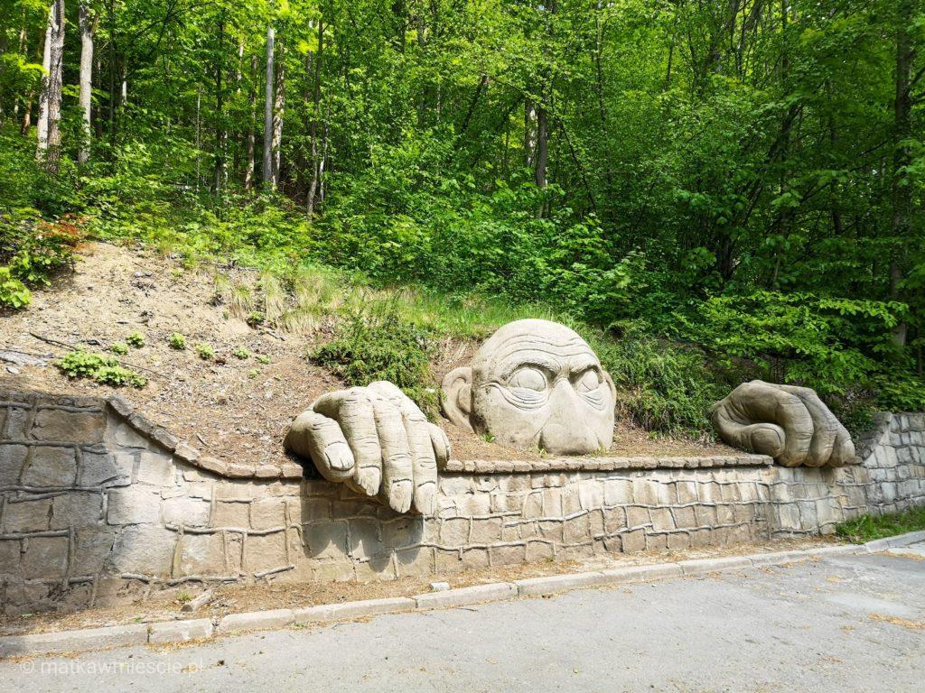 gora-parkowa-rzezba-twarzy