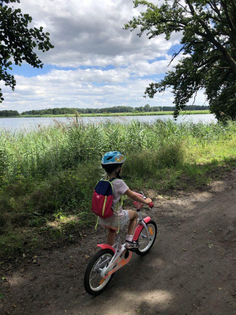 dziecko-na-rowerze-staw