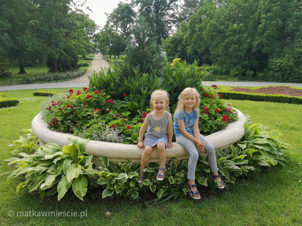 klomb-pałac-pawłowice-dzieci