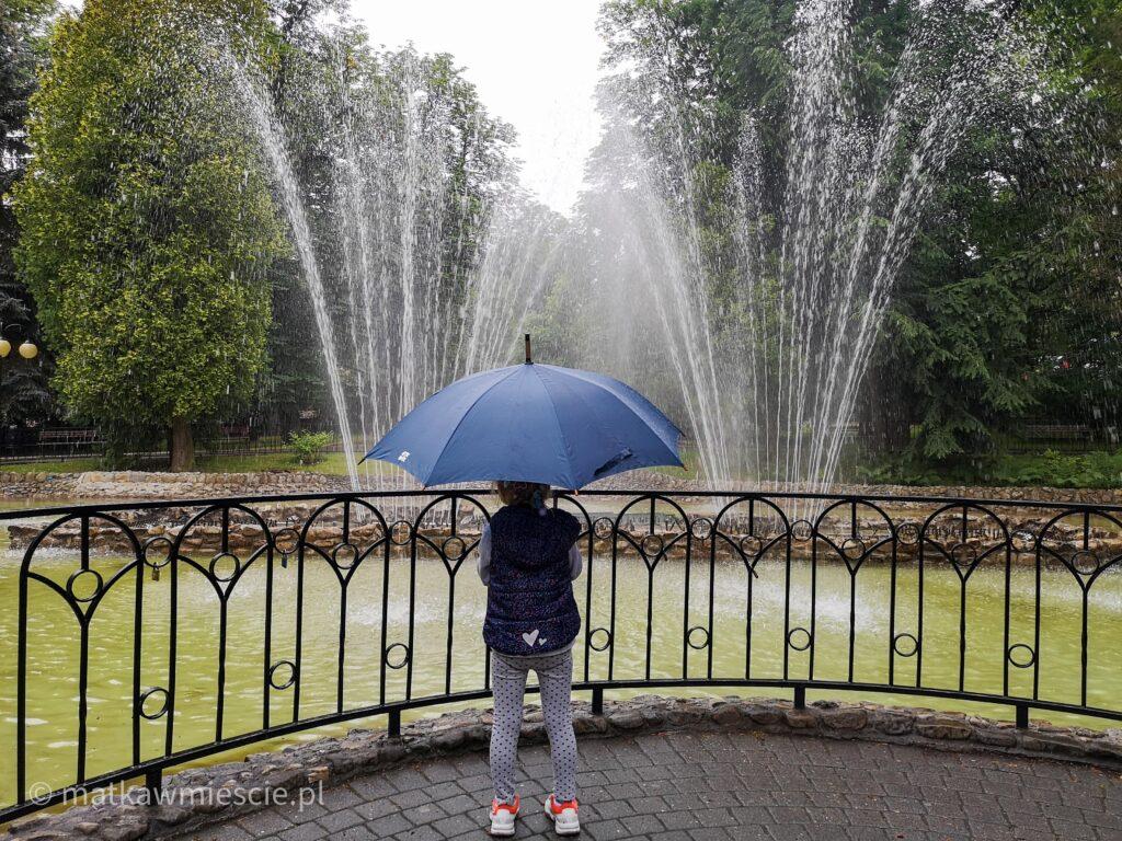 fontanna-dziecko-z-parasolką