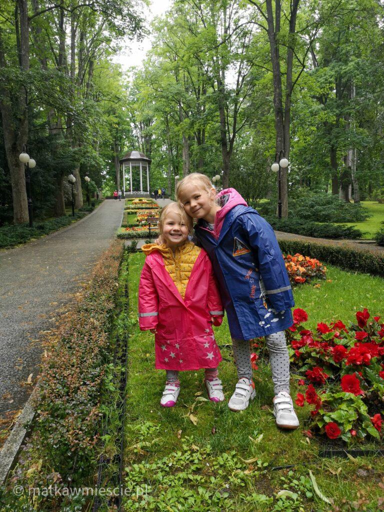 dzieci-w-parku-zdrojowym