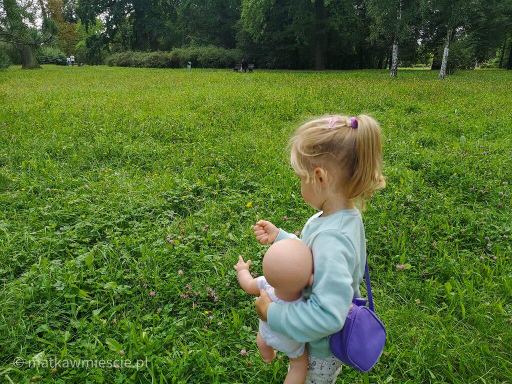 dziecko-kwiaty-polana-w-parku