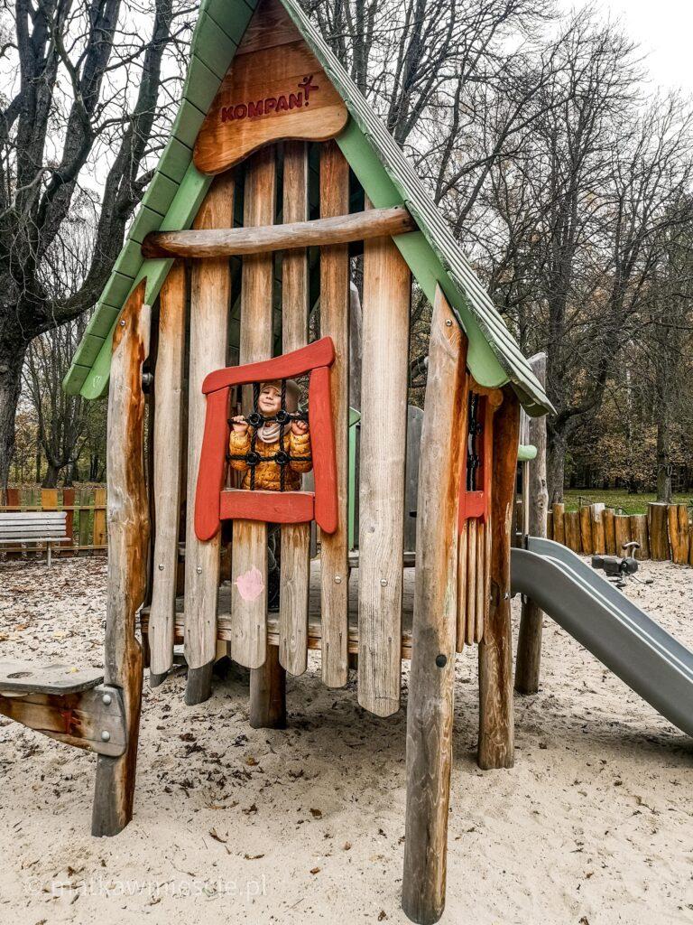 drewniany-domek-plac-zabaw