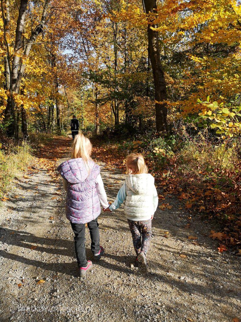 dzieci-maszerujące-przez-las