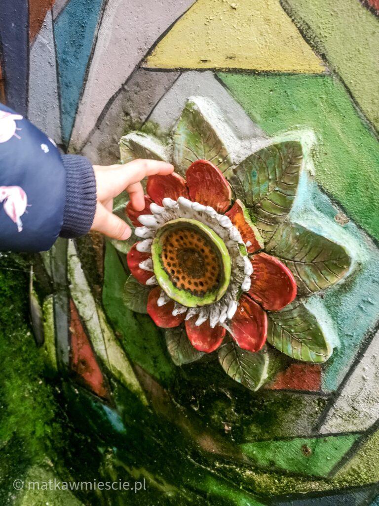 płaskorzeźba-kwiat