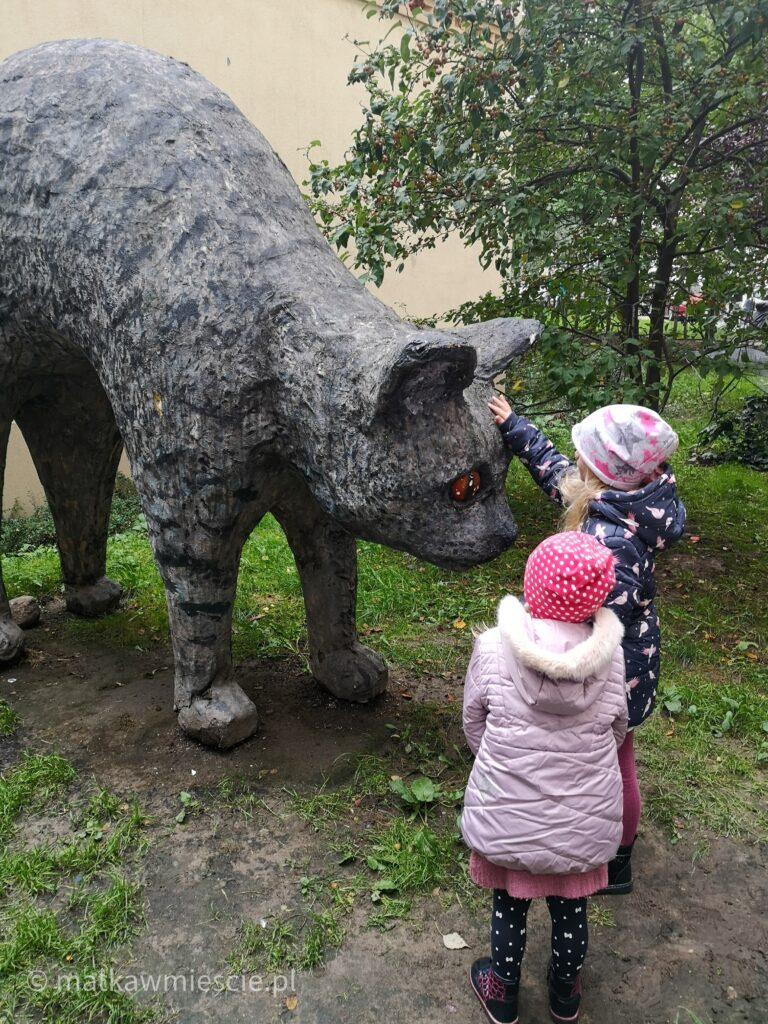 rzezba-kota-dzieci