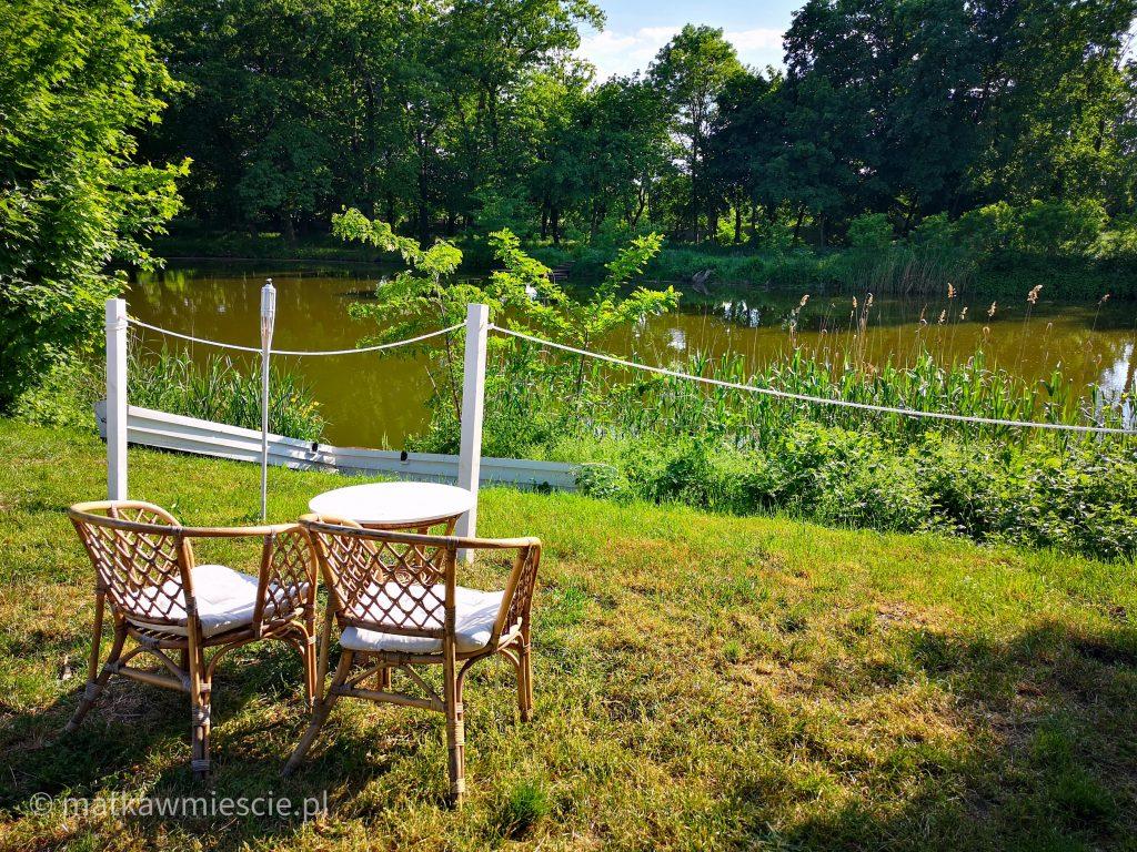 babie-lato-staw-krzesełka