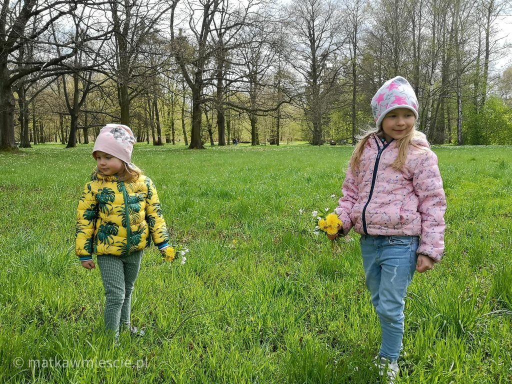 park-wschodni-dzieci-bukiety-kwiatów