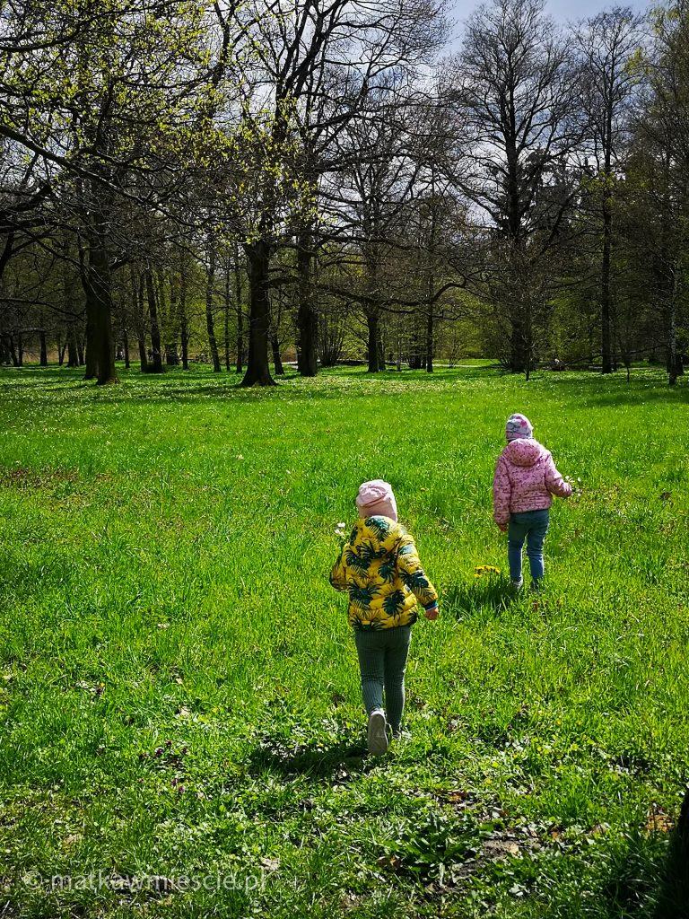 dzieci-trawa-park