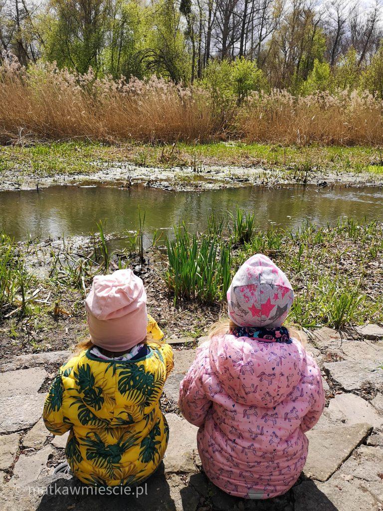 dzieci-nad-brzegiem-rzeki